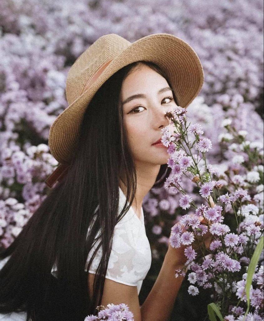 ถ่ายรูปกับทุ่งดอกไม้ ใช้จมูกหอมดอกไม้