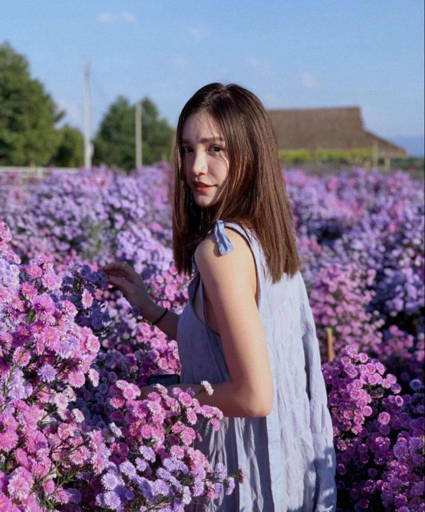 ถ่ายรูปกับทุ่งดอกไม้ หันหลังแล้วมองกล้อง