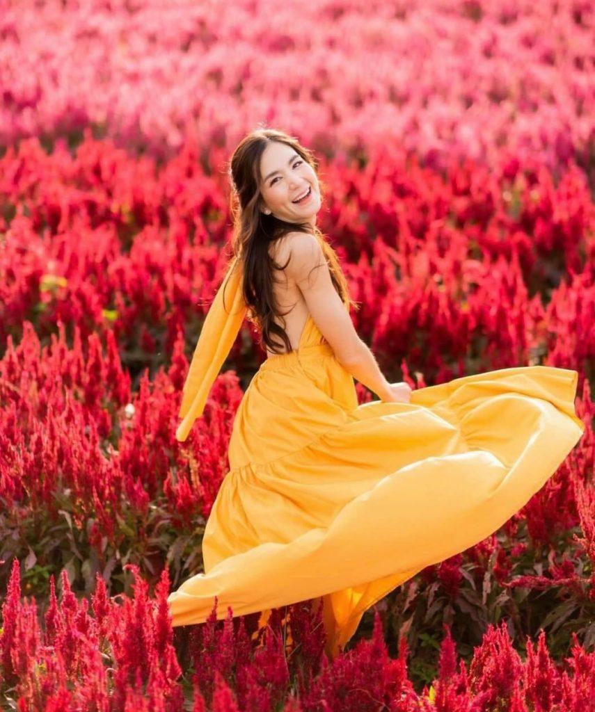ถ่ายรูปกับทุ่งดอกไม้ยิ้มจับกระโปรงให้ปลิวตามลม