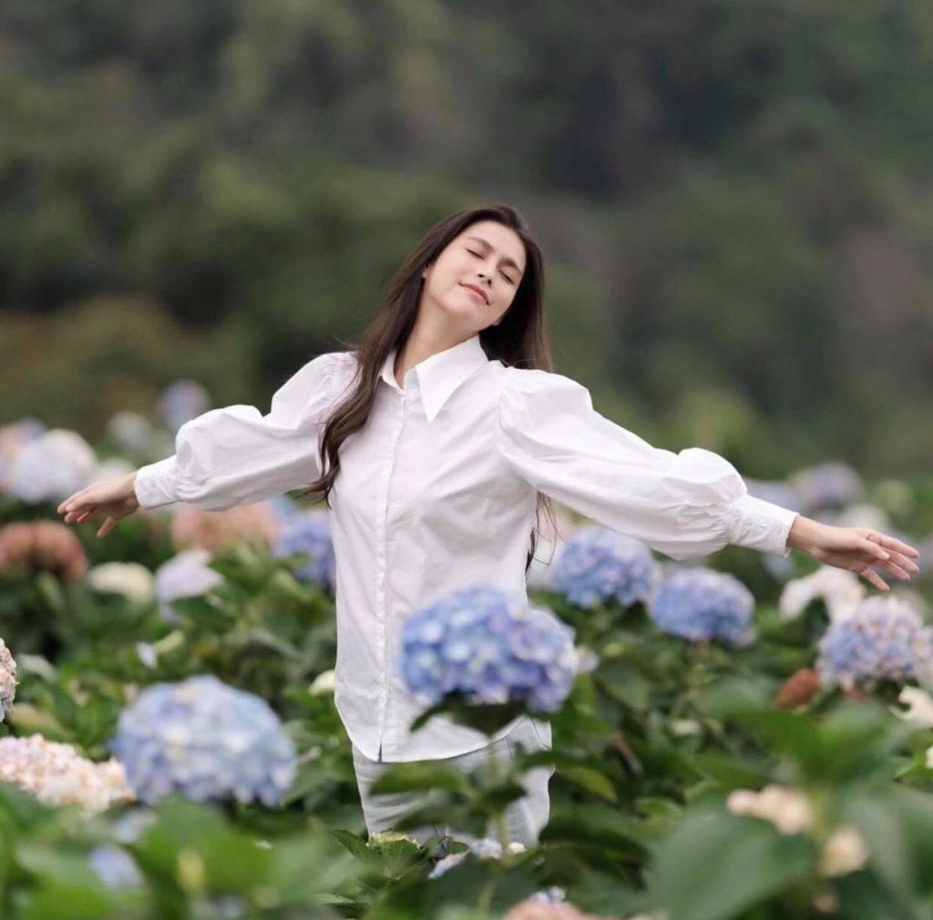 ถ่ายรูปกับทุ่งดอกไม้โพสให้ได้ท่าทางที่สดชื่นสุดๆ