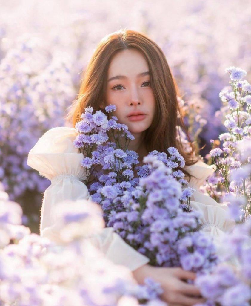 ถ่ายรูปกับทุ่งดอกไม้ กอดดอกไม้แล้วทำหน้าเซ็กซี่เบาๆมองกล้อง