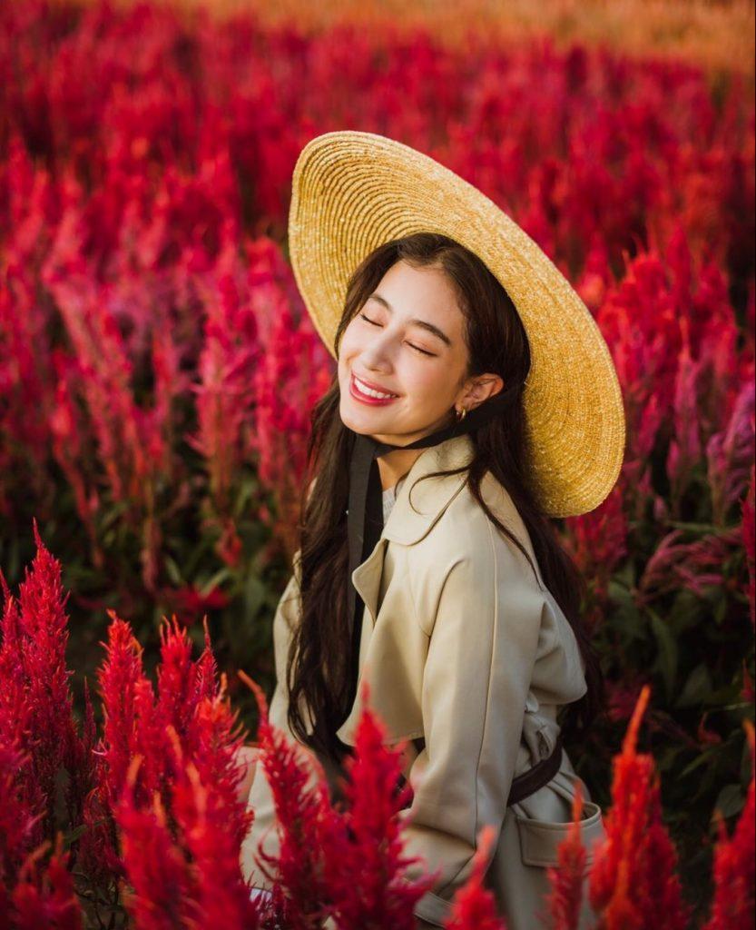 ถ่ายรูปกับทุ่งดอกไม้หลับตาแบบไม่มองกล้องแล้วยิ้มหวาน
