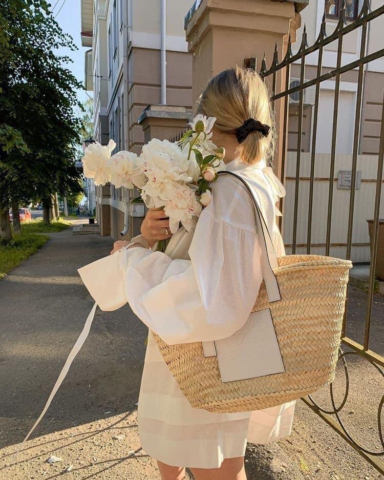 ถ่ายรูปกับช่อดอกไม้แบบโชว์ดอกไม้ไม่มองกล้อง