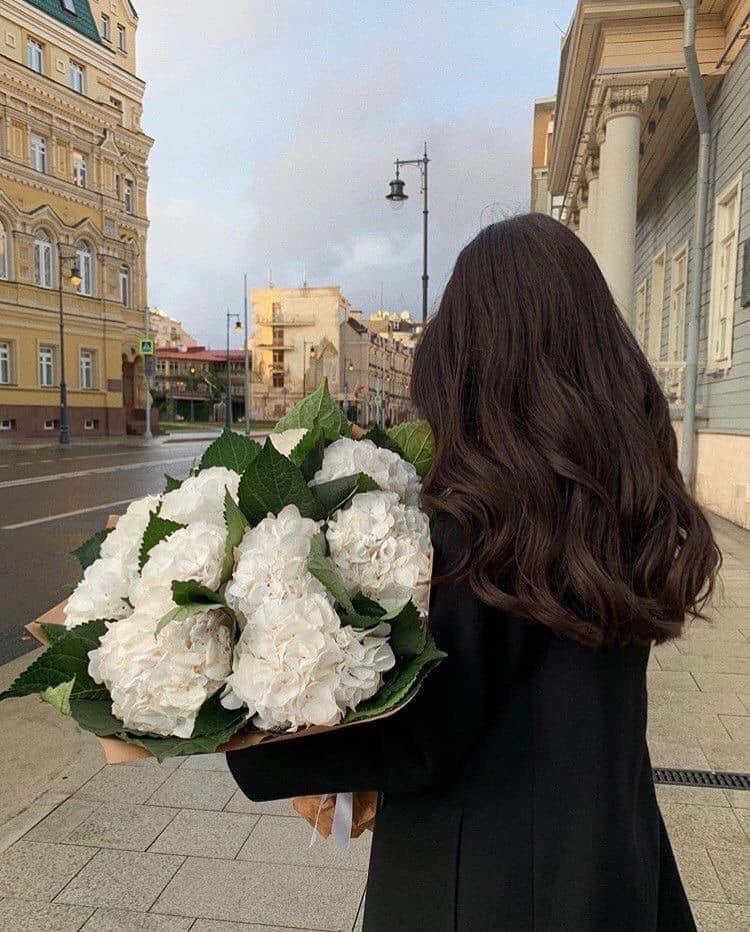 ถ่ายรูปกับช่อดอกไม้ แบบเห็นแต่ด้านหลัง