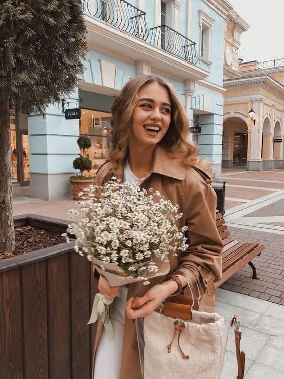 ถ่ายรูปกับช่อดอกไม้แบบไม่มองกล้องแบ้วยิ้มอ้าปากกว้าง