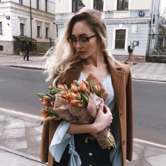 ถ่ายรูปกับช่อดอกไม้ แบบไม่ต้องยิ้มทำหน้านิ่งๆ ได้รูปสุดชิค