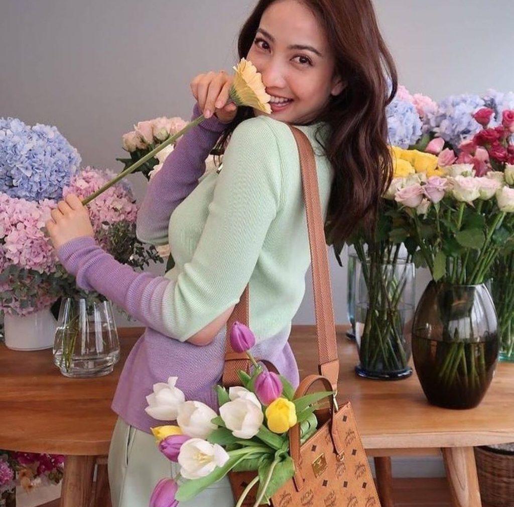 ถ่ายรูปกับช่อดอกไม้ แบบยิ้มสวยๆ