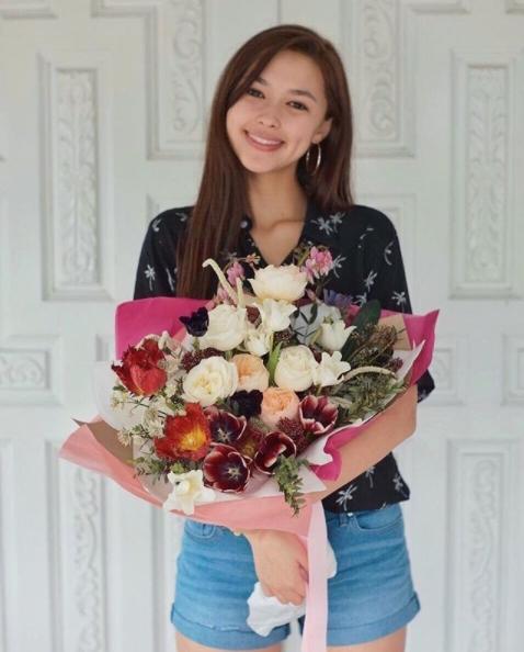 ถ่ายรูปกับช่อดอกไม้ แบบยืนหน้าตรงยิ้มสวยๆ