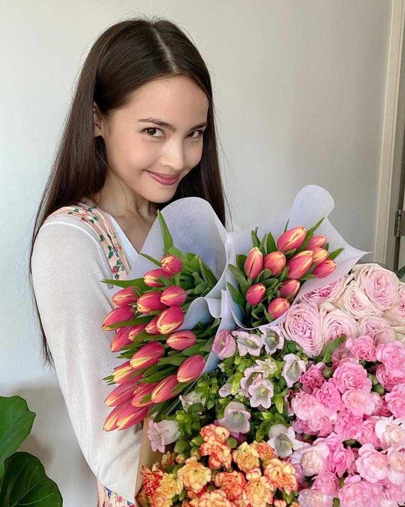 ถ่ายรูปกับช่อดอกไม้ แบบยิ้มมีเล่ห์ใน