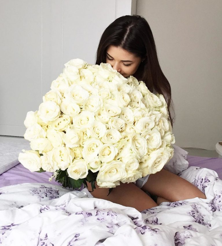 ถ่ายรูปกับช่อดอกไม้ ช่อใหญ่ให้โพกัสแต่ตอกไม้
