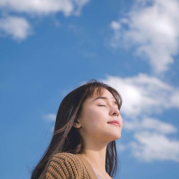ไอเดียถ่ายรูปกับท้องฟ้า แบบท่าสูดอากาศ