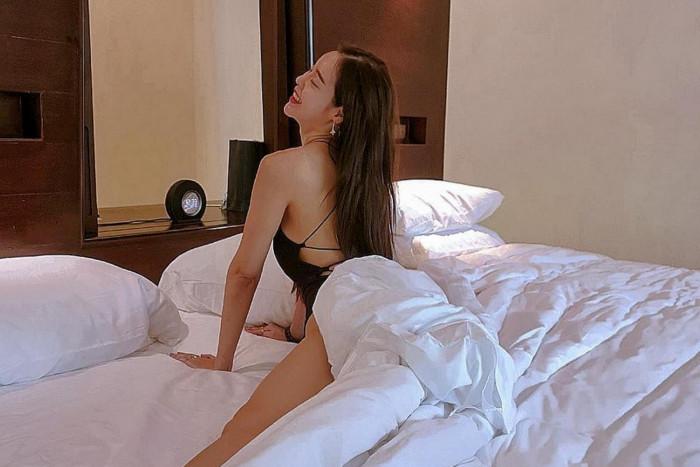 ท่าโพสบนเตียง แบบเซ็กซี่สุดๆ