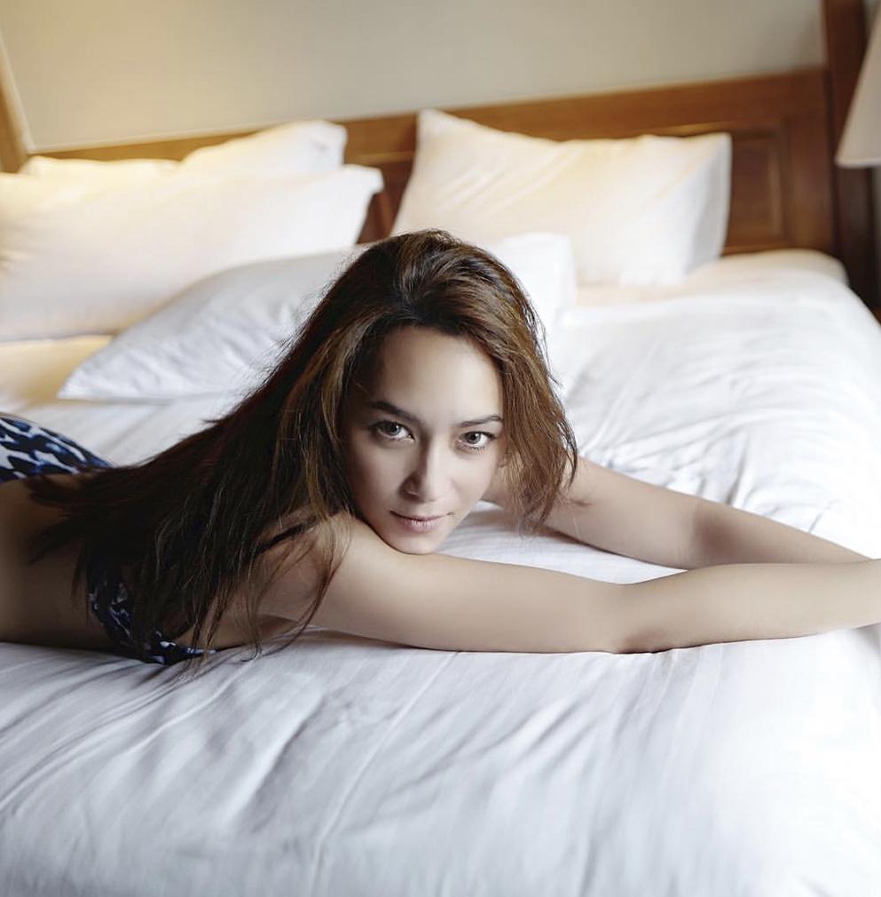 ท่าโพสบนเตียง แบบเซ็กซี่เบาๆ
