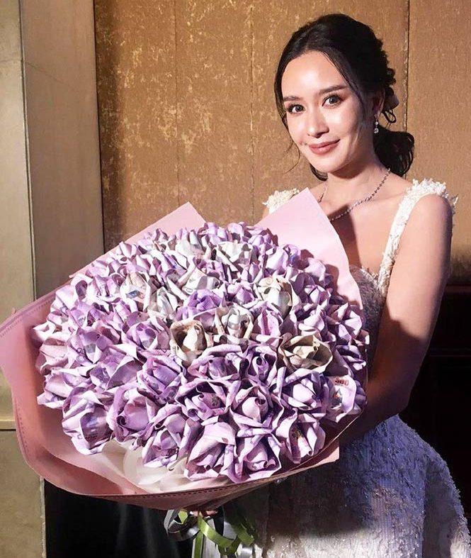 ช่อดอกไม้วาเลนไทน์ ด้วยกุหลายม่วงแบงค์ 500