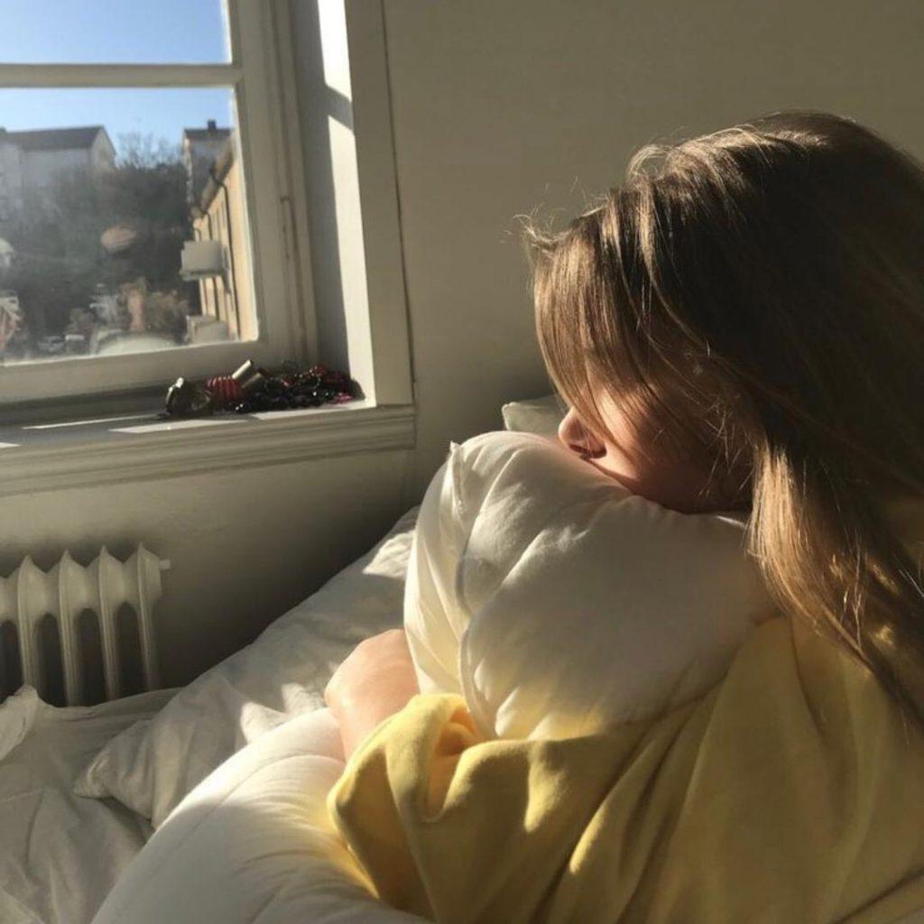 ท่าโพสบนเตียง แบบนั่งมองแสงแรงของวันยามเช้าเหงาๆ