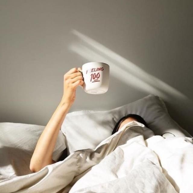 ท่าโพสบนเตียง กับแก้วกาแฟบนที่นอน