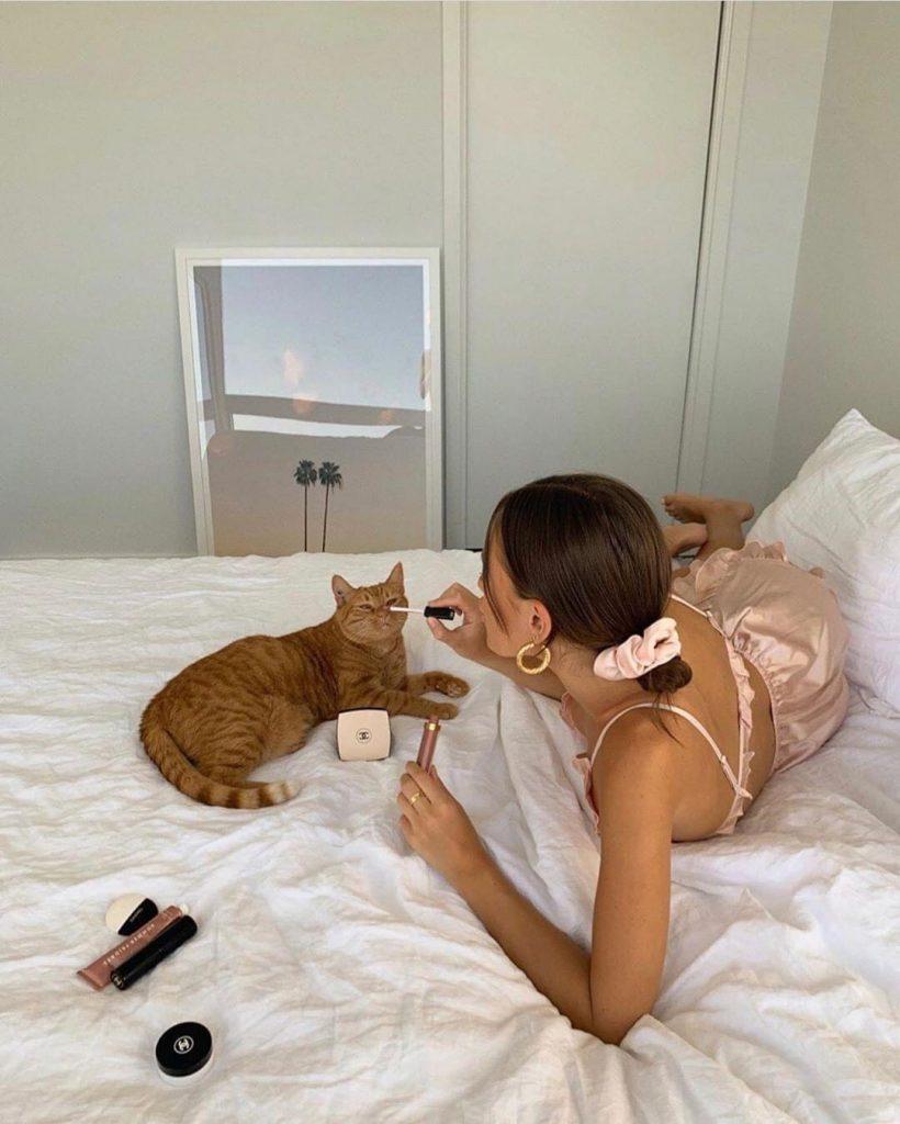 ท่าโพสบนเตียง บนที่นอนกับเจ้าต้าวสัตว์เลี้ยงจอมป่วน