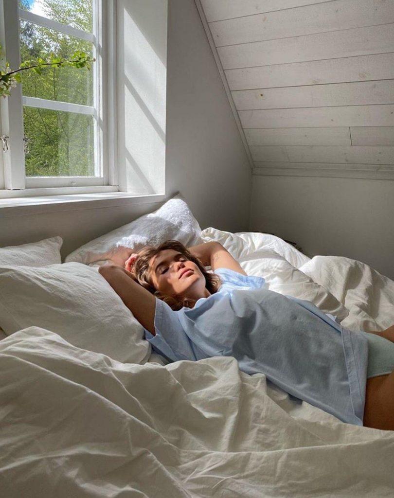 ท่าโพสบนเตียง แบบนอนรับแสงแรกของวันทีริมหน้าต่าง