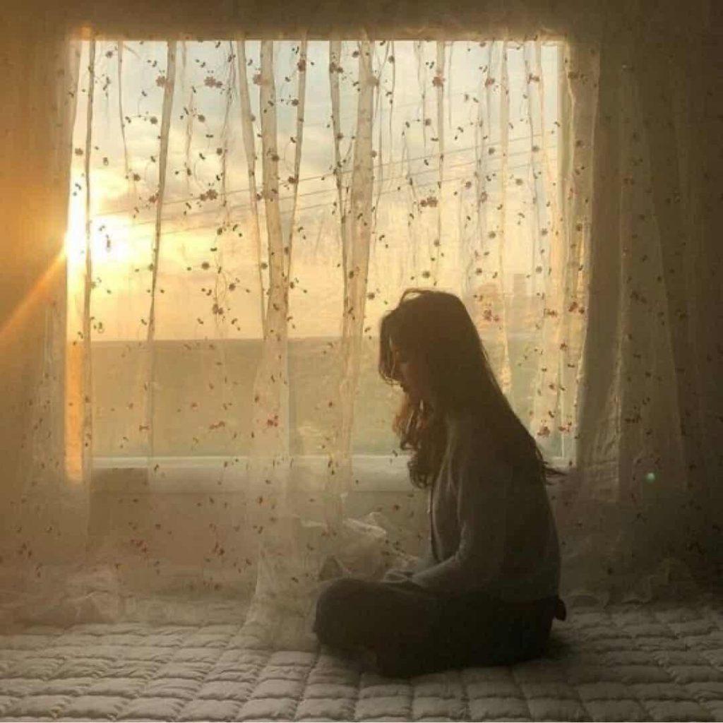 ท่าโพสบนเตียง แบบนั่งเหงาๆ ข้างหน้าต่างได้ภาพสวยๆ