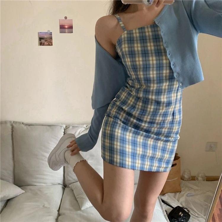 ใส่เดรสกับเสื้อคลุมในชุดสีฟ้าสวย