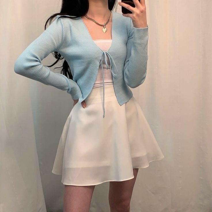 ใส่เดรสกับเสื้อคลุมในตรีมสีฟ้าขาว