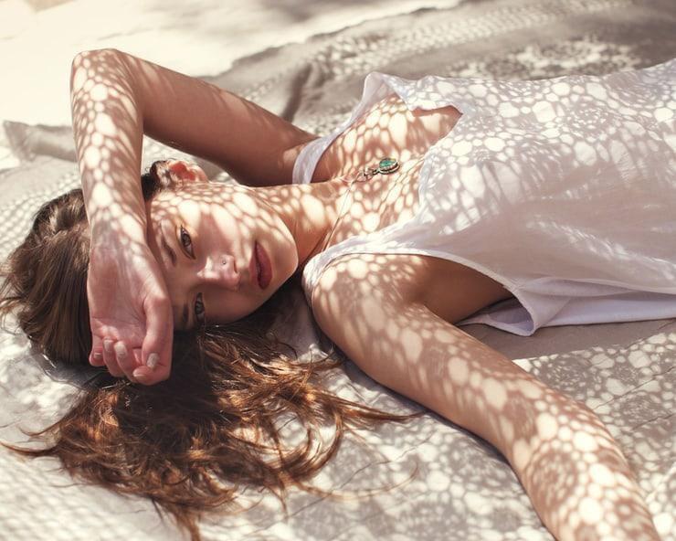 ถ่ายรูปเล่นแสงเงาจากการนอนถ่ายสวยสู้แดด