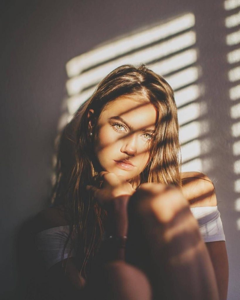 ถ่ายรูปเล่นแสงเงา ที่ได้แสงกระทบจากหน้าต่างสวยๆ