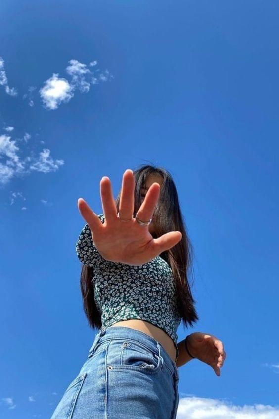 ไอเดียถ่ายรูปกับท้องฟ้าแบบเอามือบังหน้าไว้ฮิปๆ