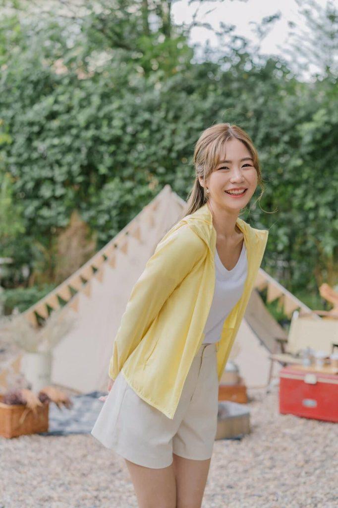 โทนสีพาสเทล กับเสื้อคลุมสีเหลืองพาสเทล