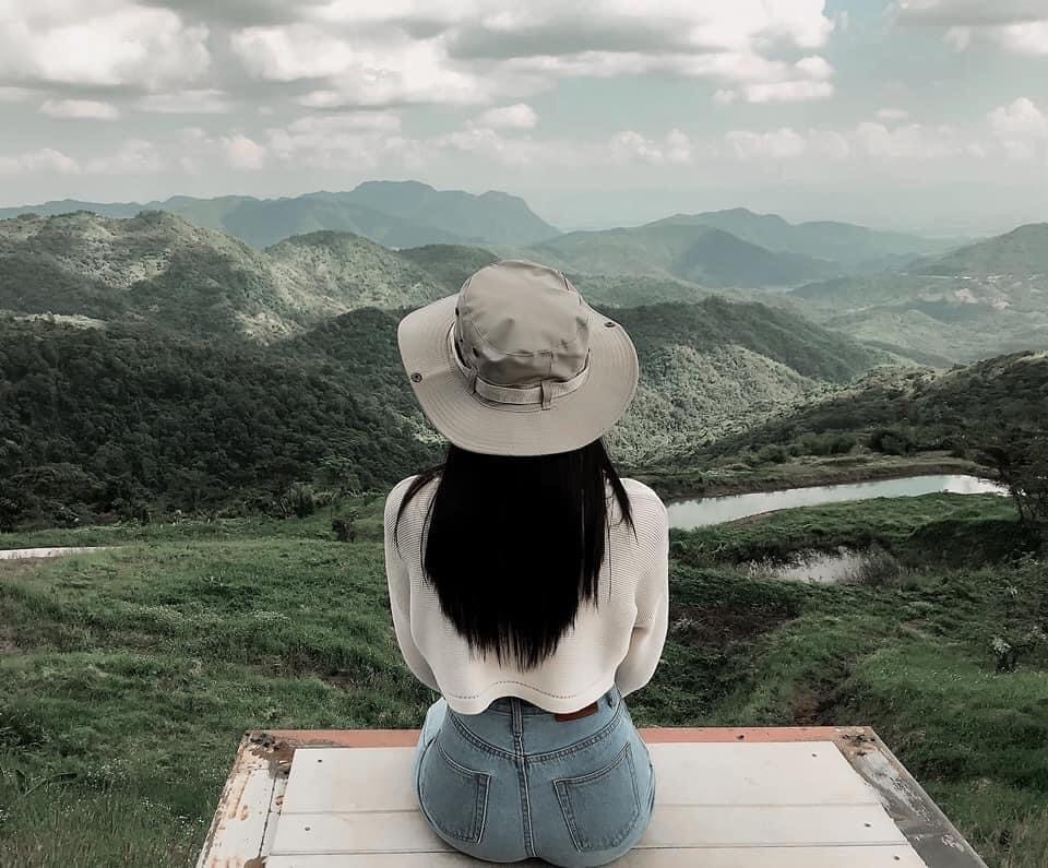 ถ่ายรูปบนภูเขา-บนดอยแบบนั่งหันหลังให้กล้อง