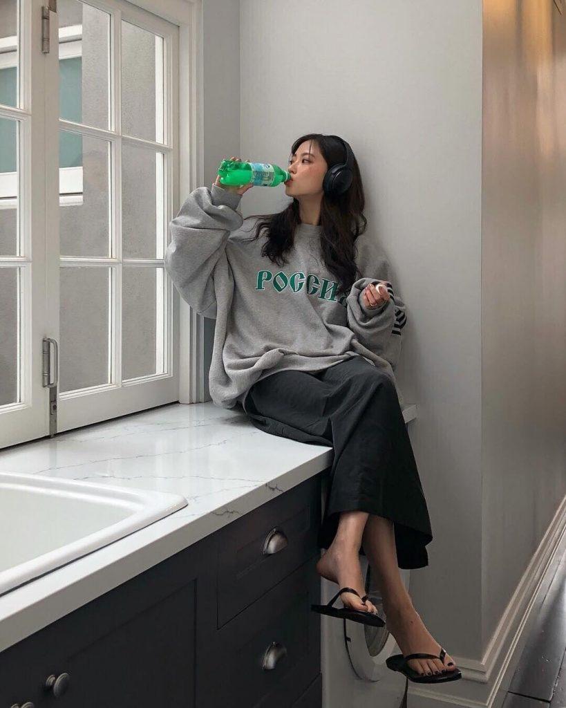 ถ่ายรูปอยู่บ้านในมุมห้องครัวกับเครื่องดื่มได้รูปสวยเก๋