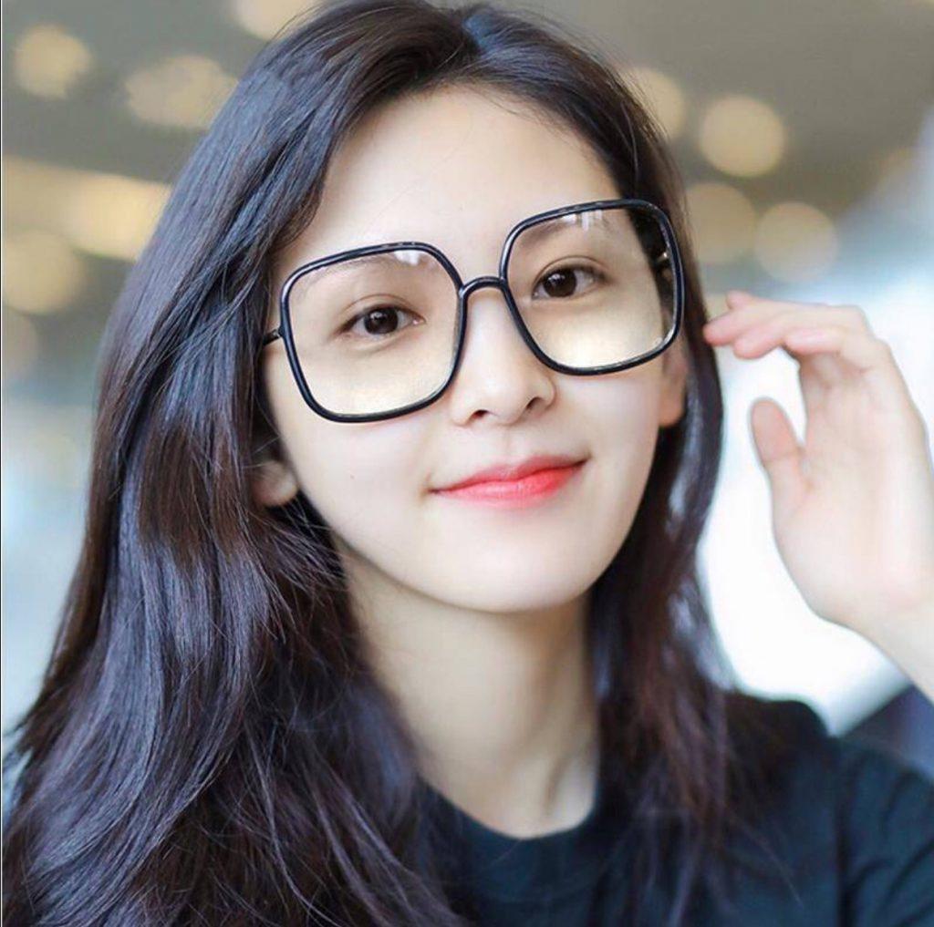 แว่นตาทรงเหลี่ยมกรอบหน้าดำใส่แล้วชิคสุด