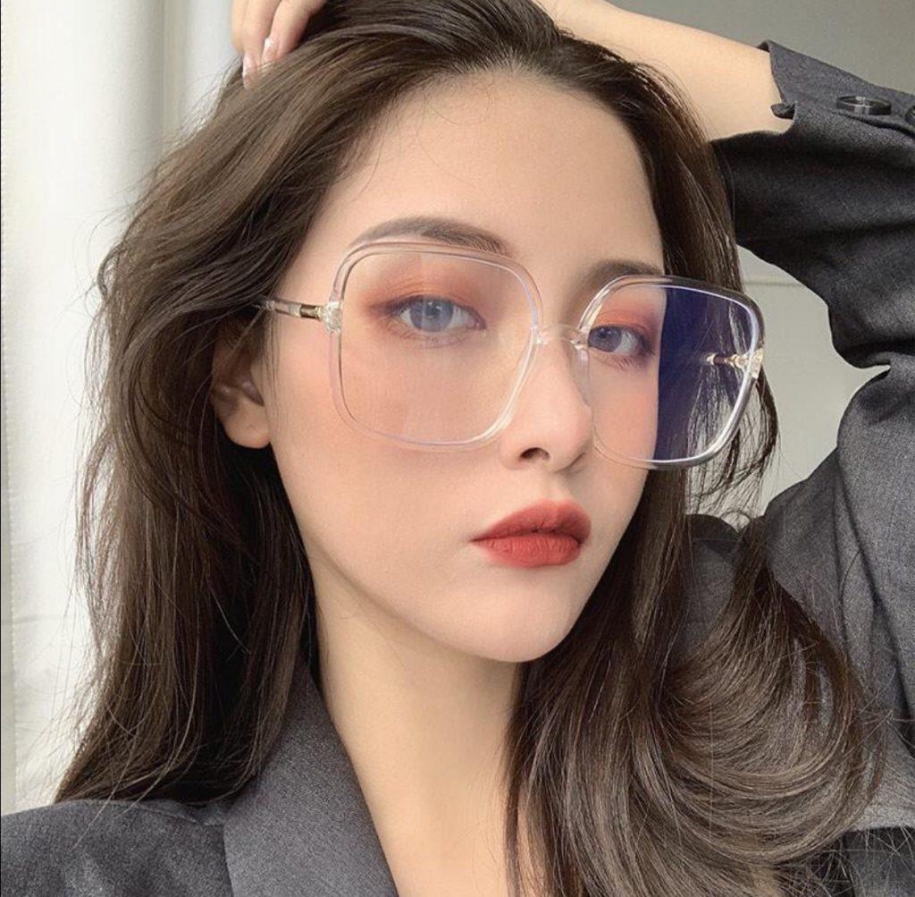 แว่นตาทรงเหลี่ยมกรอบใสใส่น่ารัก