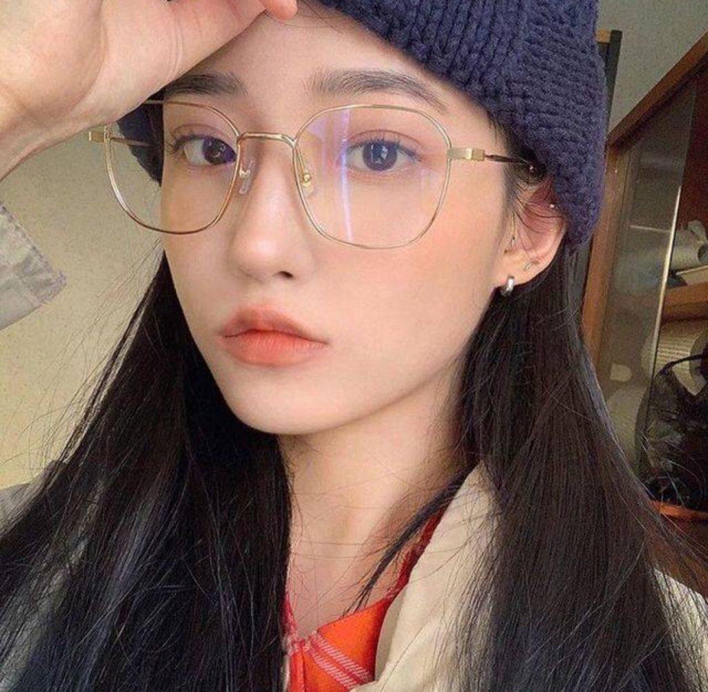 แว่นตาทรงเหลี่ยมที่มีความเท่