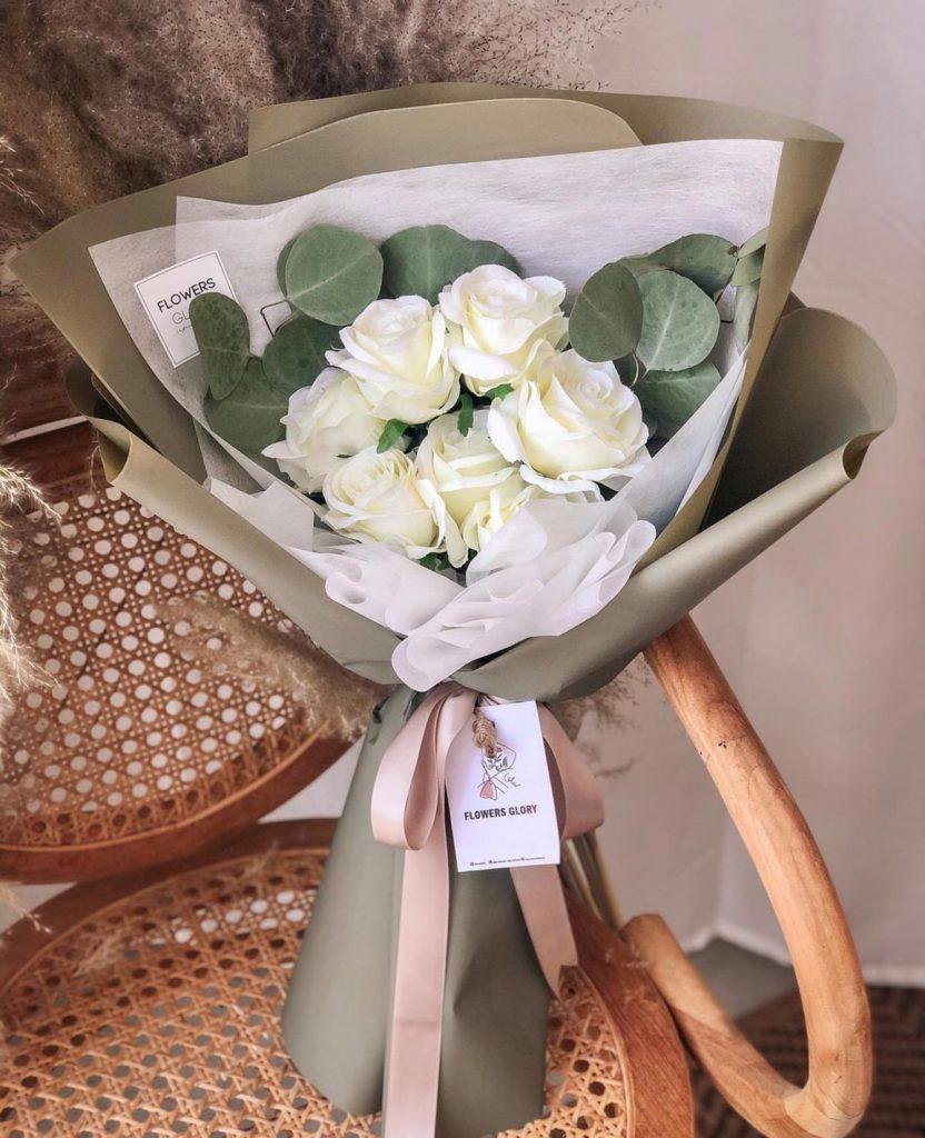 ช่อดอกไม้วาเลนไทน์กับช่อกุหลาบขาวสวยๆ