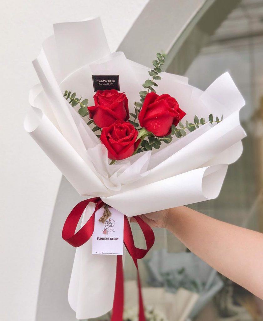ช่อดอกไม้วาเลนไทน์กับกุหลาบสด 3 ดอก สวยๆ