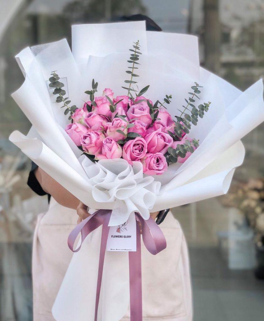 ช่อดอกไม้วาเลนไทน์ ในการใช้ดอกกุหลาบสีชมพู
