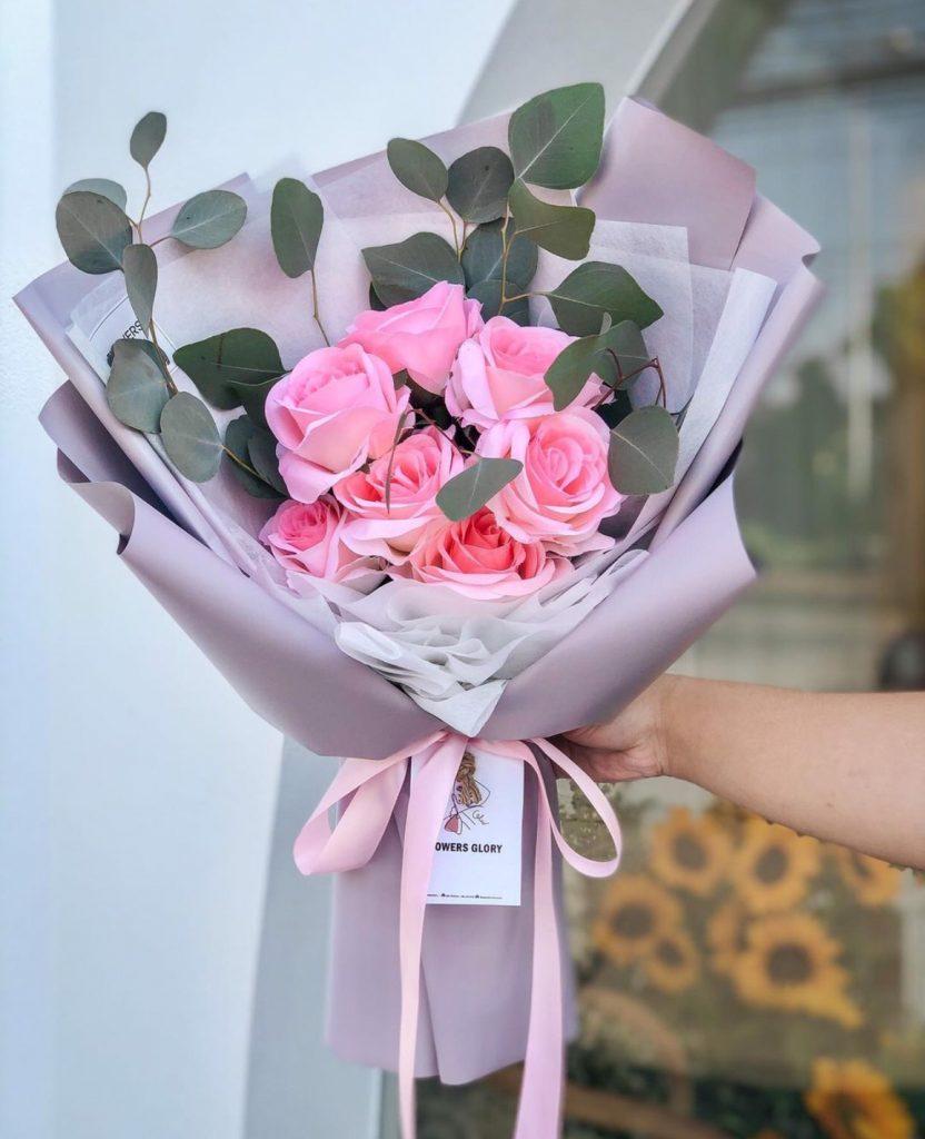 ช่อดอกไม้วาเลนไทน์ ด้วยดอกกุหลาบปลอมสีชมพู