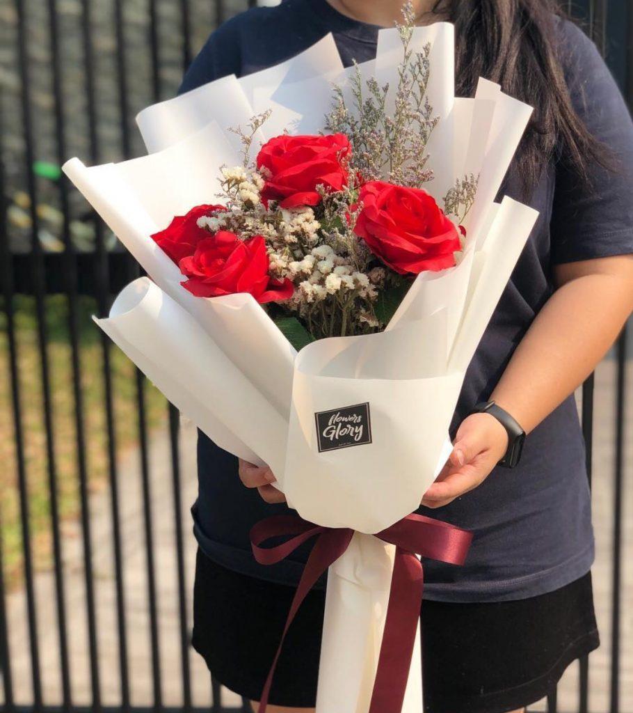 ช่อดอกไม้วาเลนไทน์กับดอกกุหลายแดงดอกโตๆ
