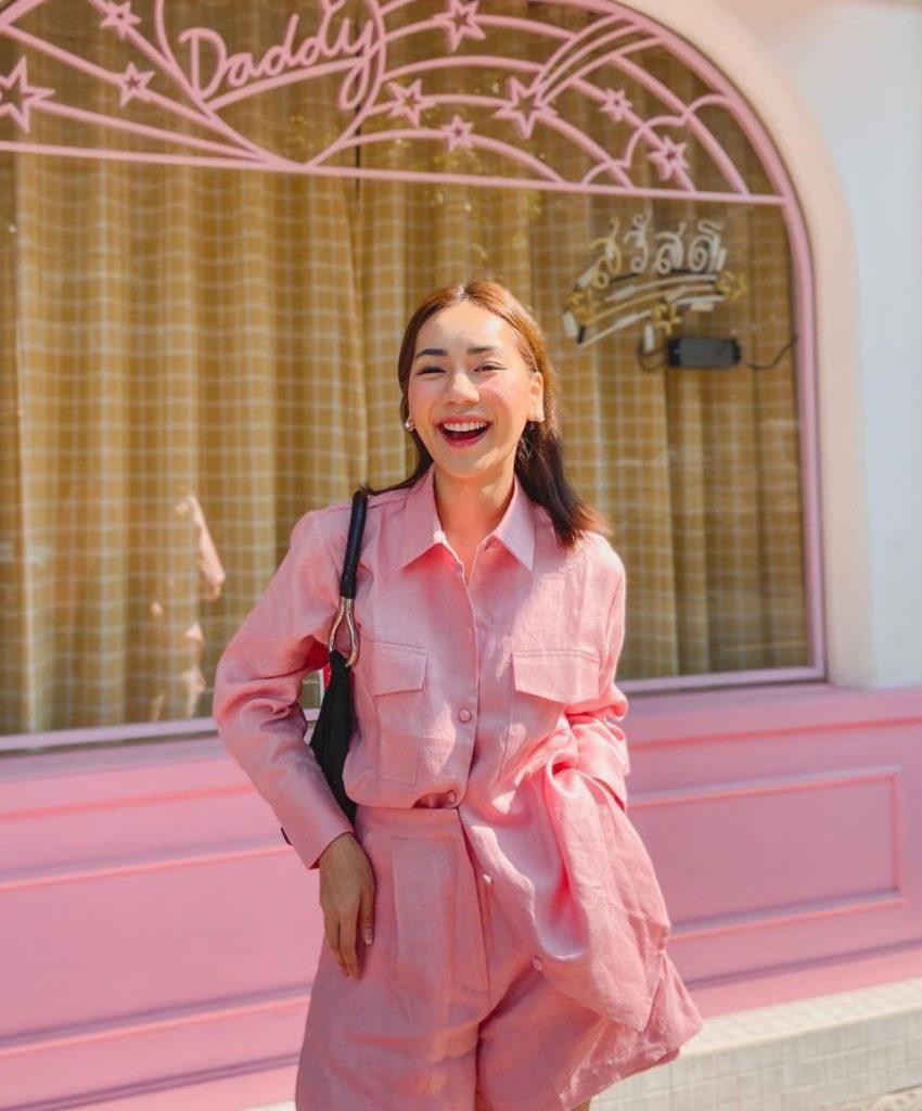 แต่งตัวไปคาเฟ่ด้วยชุดเซ็ทสีชมพูเข้ากับโทนของร้าน