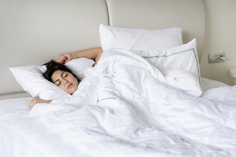 ท่าโพสบนเตียง แบบนอนหลับเบาๆ