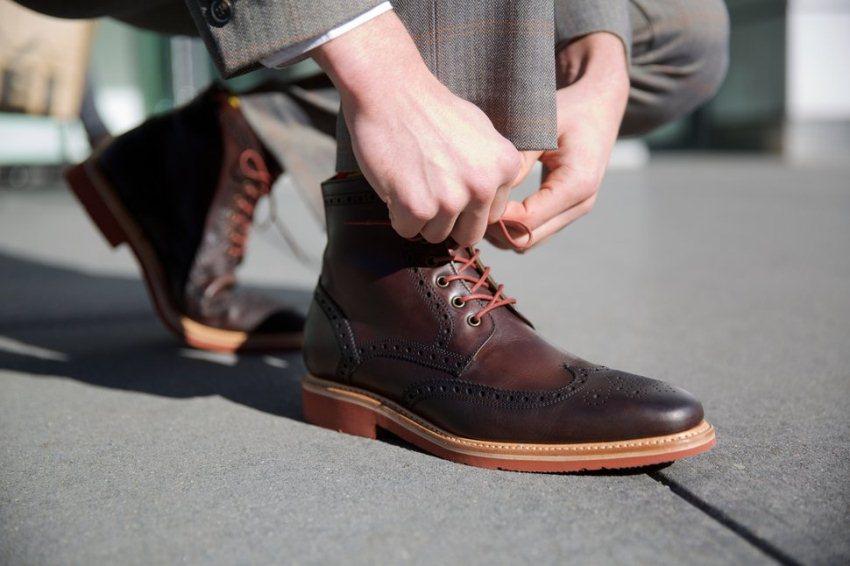ประเภทของรองเท้า ที่เป็น รองเท้าบูทแบบไม่หุ้มข้อ หรือรองเท้าหนังกลับ  คุณคือ ชายหนุ่มที่มาดแมน กล้าได้กล้าเสี่ยง