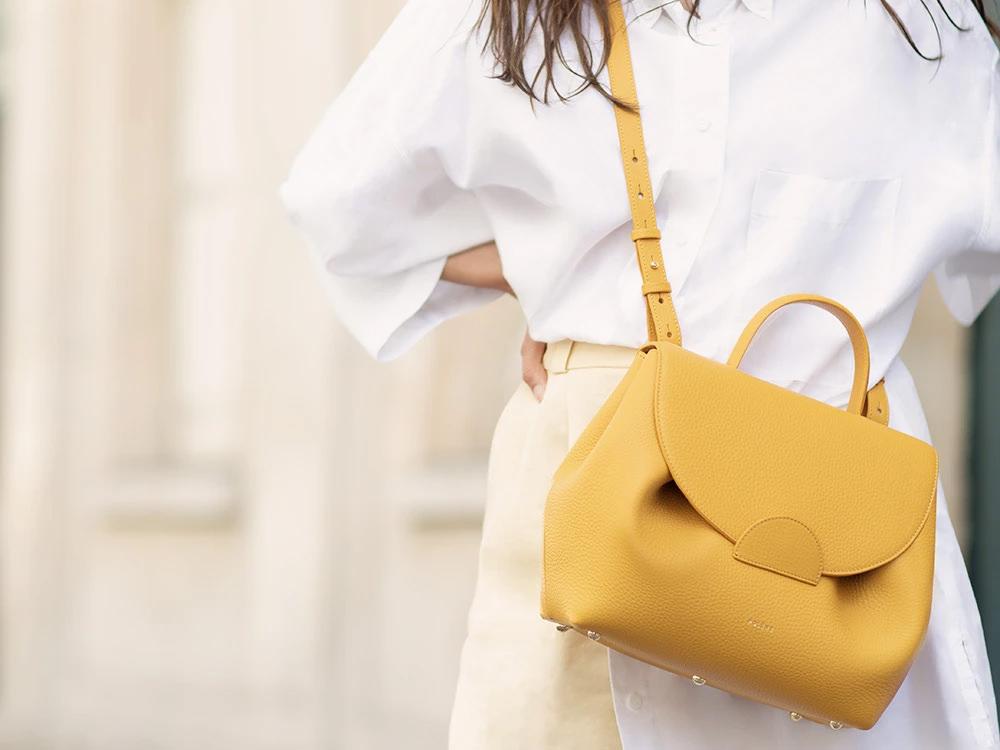 กระเป๋าเหลืองเทรนด์สีกระเป๋ามาแรงในปีนี้ 2021